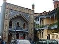023 Tbilissi Bains Orbeliani et maison à balcon de bois.JPG