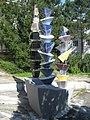 1170 Rudolf Goldscheid-Gasse 1-5 - Brunnen mit 3 Keramiksäulen Abstrakte Darstellung von Wander Bertoni 1953 IMG 5030.jpg