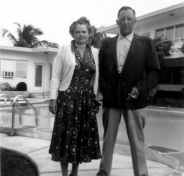 Bestand:1954 Man and Woman Pose by the Pool.jpg