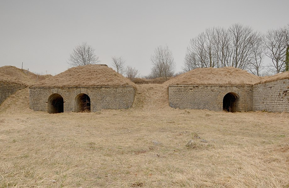 This file was uploaded  with Commonist.         This photograph was taken with a Nikon D300.    Fort du Lomont: sur les dessus de la batterie Nord. Sur la gauche: accès à la caponnière simple (HDR).