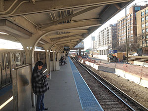 UIC–Halsted station - Image: 20150331 01 CTA Blue Line L @ UIC Halsted 2