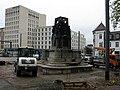 2017-11-08, Wiederaufbau des Freiburger Siegesdenkmals, im Hintergrund das Motel One und Schunck-Haus (rechts).jpg