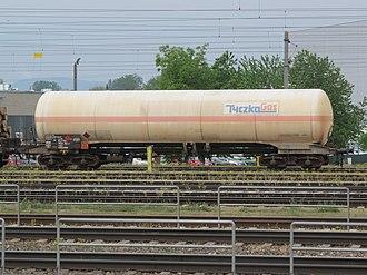 Hydrocarbon - Tank wagon 33 80 7920 362-0 with hydrocarbon gas at Bahnhof Enns (2018).