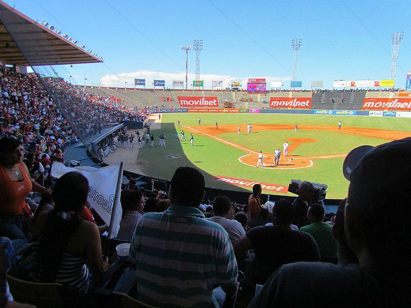 2 Estadio Luis Aparicio el Grande Aguilas del Zulia vs Leones del Caracas 21-12-2011.jpg