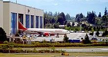 Un Boeing 777-200LR della Air India in uscita dallo stabilimento Boeing di Everett, Washington.