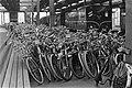 Amstelstation vol met fietsen, Bestanddeelnr 920-5054.jpg