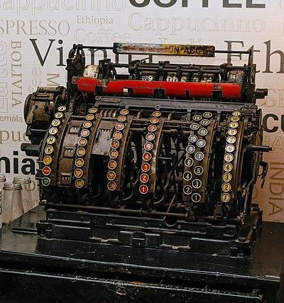 Une caisse enregistreuse ancienne, à Darjeeling (Bengale-Occidental). (définition réelle 3376×3604)