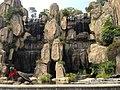 Artefarita akvofalo kaj statuo de testudo en parko (Dongguano) 01.jpg