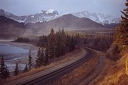 De spoorlijn langs de rivier de Athabasca aan de monding van het Brulemeer in Alberta, Canada.