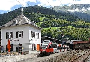 Bahnhof Schruns mit Talent-Triebzug der ÖBB. Im Hintergrund über dem Bahnsteigdach der Firmensitz der Montafonerbahn AG (graues Haus) und rechts die Remise.