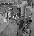 Bemanningsleden van een Nederlandse kustvaarder in geallieerde dienst, in de hav, Bestanddeelnr 935-2797.jpg