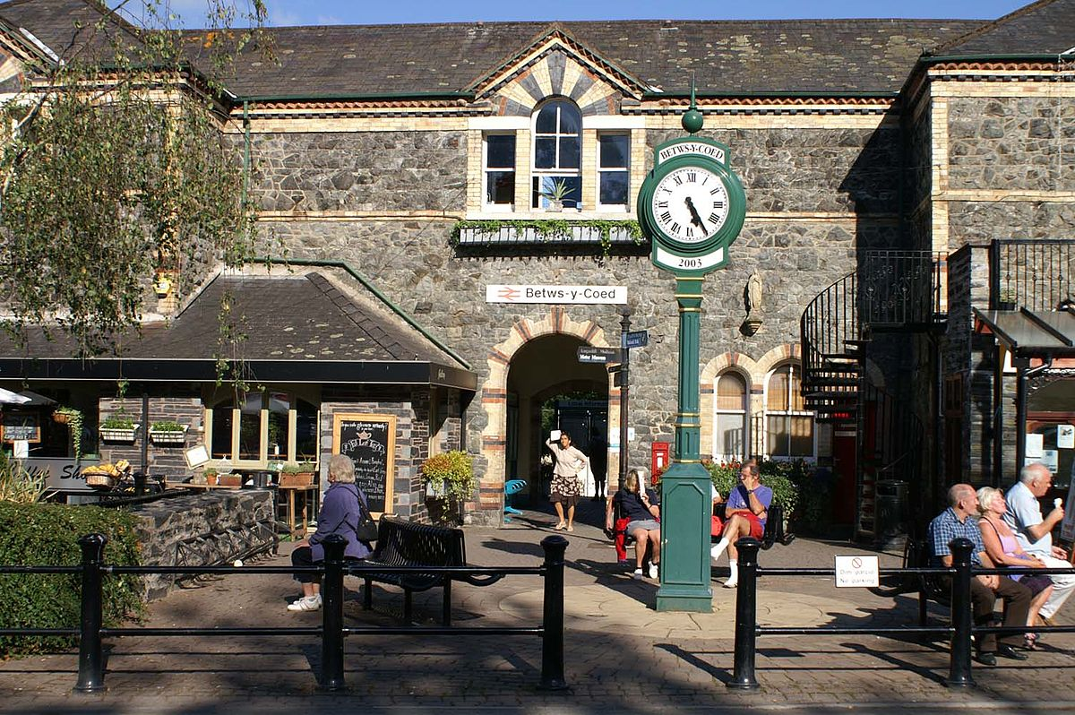 betws y coed single girls Less than 10 min drive into betws-y-coed where my friends and i strolled around the local area sightseeing, shopping,and enjoying lovely home made food in local cafe's during day a lovely family public house and restaurant in the town centre.