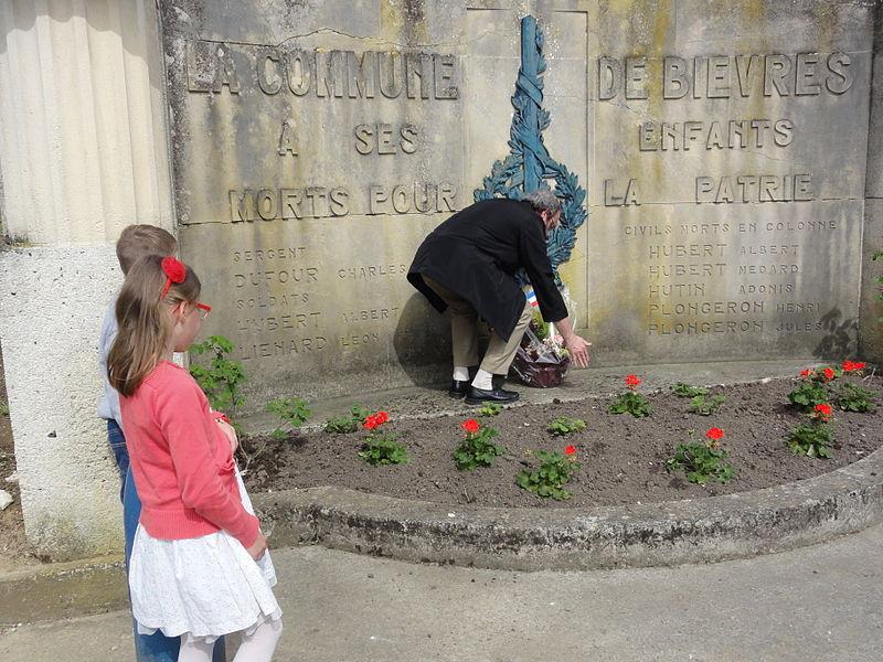 Bièvres (Aisne) Cérémonie commémorative 70e, 8 mai 2015. Dépose de fleurs