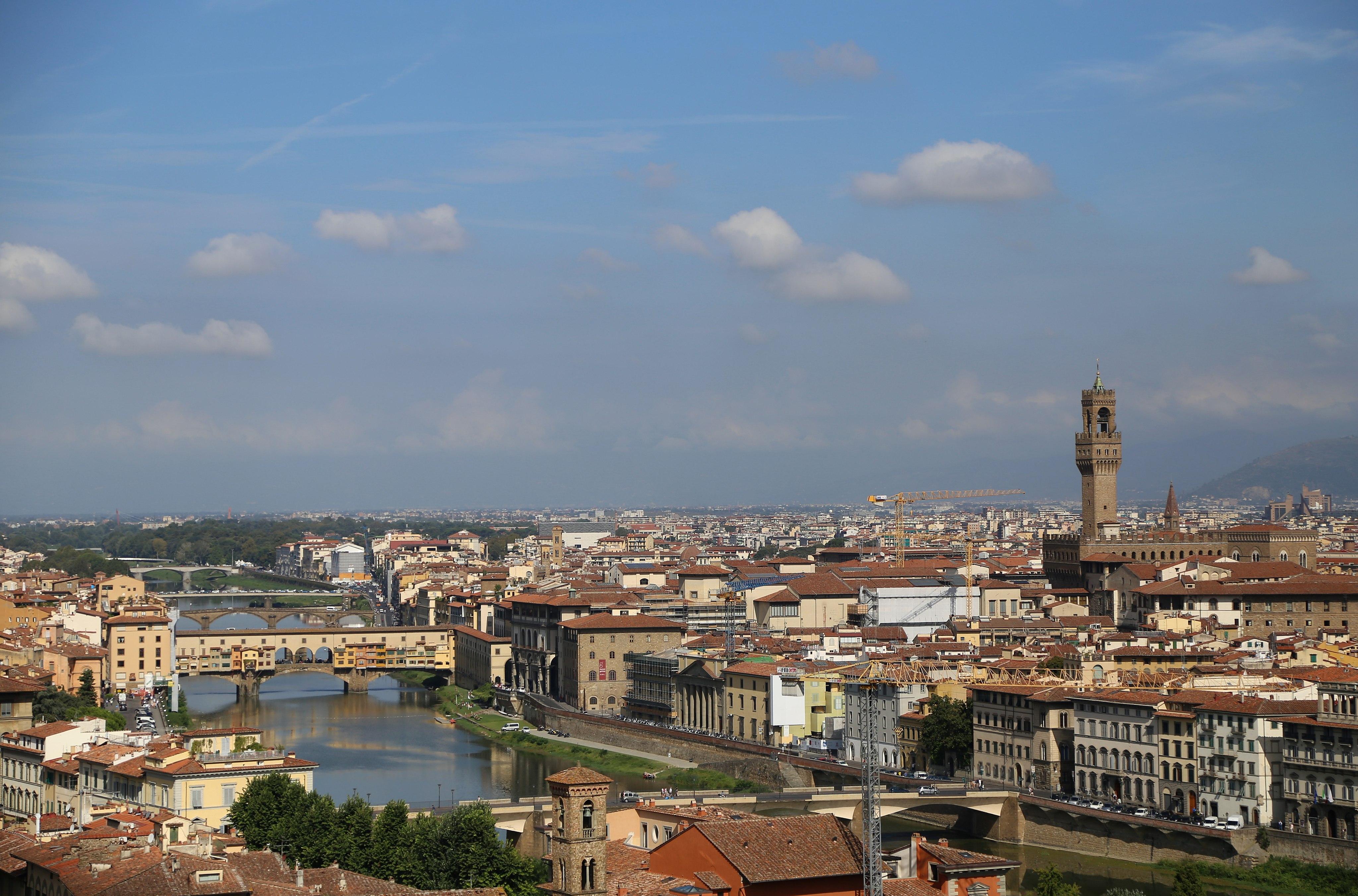 Piazzale Michelangelo, con veduta del Ponte Vecchio, degli Uffizi e c