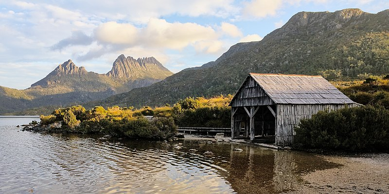 File:Boat shed and Cradle Mountain at Dove Lake, Tas 3.jpg
