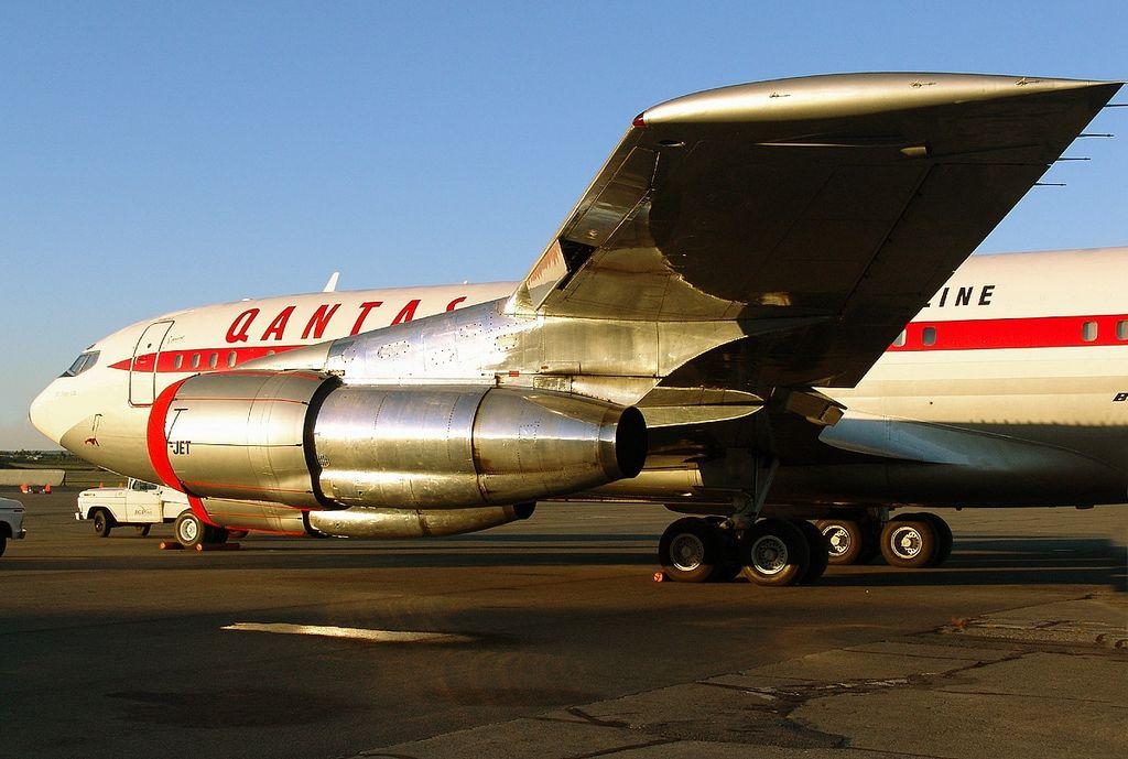 File:Boeing 707-138B, Qantas (John Travolta) AN0943256.jpg ...