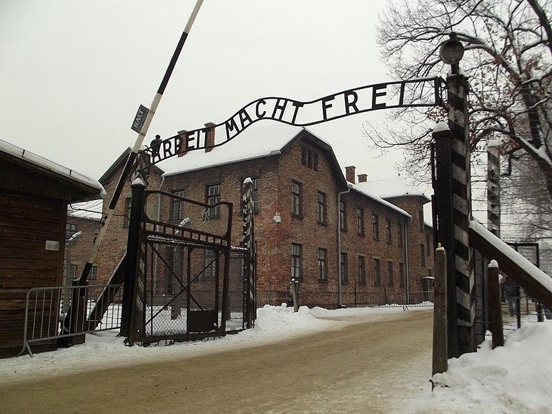 File:Brama wjazdowa Auschwitz (8471689310).jpg