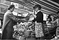 Bundesarchiv B 145 Bild-F004632-0004, Bonn, Marktstände auf dem Markt.jpg