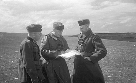 Ahlfen confers with fellow German officers near Feodosia, May 1942 Bundesarchiv B 145 Bild-F016213-0019, Krim, Feodosija, Hans v. Ahlfen mit Offizieren.jpg