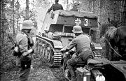 Bundesarchiv Bild 101I-208-0016-09A, Russland-Nord, Panzer und Krad-Fahrer im Wald