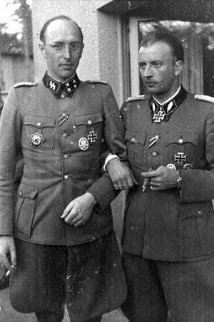 Hermann Fegelein - Image: Bundesarchiv Bild 101III Bueschel 056 21A, Russland, Hermann Fegelein mit Sturmbannführer Karl Gesele