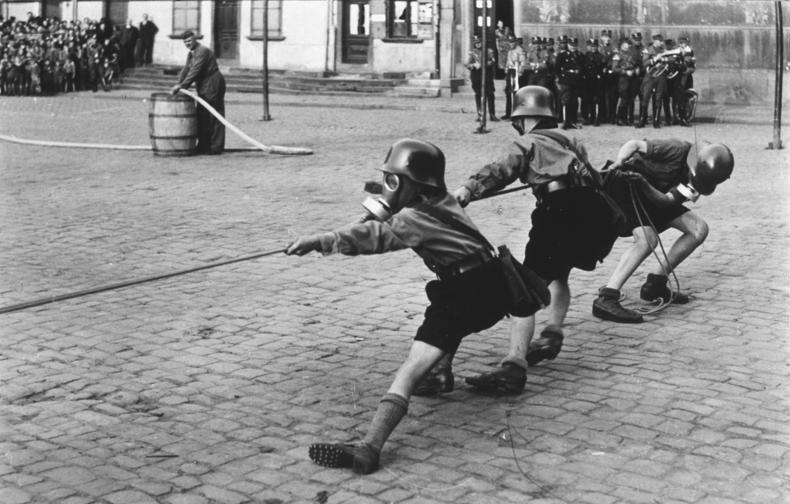 Bundesarchiv Bild 133-393, Worms, Luftschutzübung der Hitlerjugend