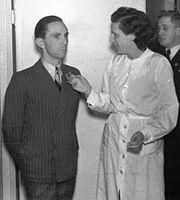 Bundesarchiv Bild 183-S34639, Joseph Goebbels und Leni Riefenstahl crop