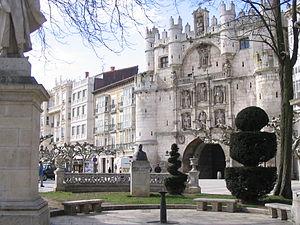 Un cancello in pietra decorato con statue.
