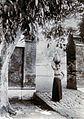 COLLECTIE TROPENMUSEUM Een Balinese vrouw met een kalebas op haar hoofd TMnr 60050065.jpg