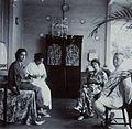 COLLECTIE TROPENMUSEUM Gezelschap bijeen op de galerij van een huis TMnr 60053714.jpg