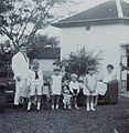 COLLECTIE TROPENMUSEUM Groepsportret met kinderen in de tuin TMnr 60053733.jpg