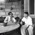 COLLECTIE TROPENMUSEUM Twee mannen in gesprek bij het huis van J.H. Ritman op Tanah Abang Barat 36 in Djakarta TMnr 60030270.jpg