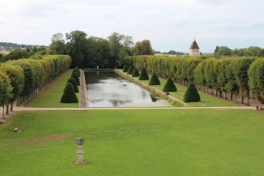 La pièce d'eau du château de Plaisir, vue depuis le château.