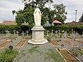 Champfleur (Sarthe) cimetière des soeurs franciscaines avec statue de la Vierge.jpg
