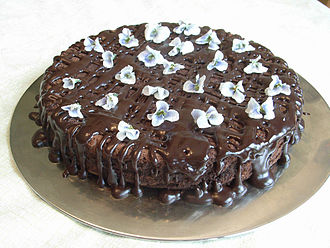 Edible flower - Chocolate cake with candied violets