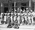 Collectie NMvWereldculturen, TM-60035140, Foto- 'Groepsfoto van leerlingen van de Kweekschool voor lokale onderwijzers en hun ouders', fotograaf onbekend, 1930.jpg