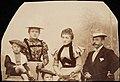 Constantin Grünberg 6-vuotiaana vanhempiensa Constantin Grünbergin ja Eugenie Grünbergin sekä lastenhoitajansa, mahdollisesti neiti Elfrida Saerensin kanssa ryhmäkuvassa (hkm.HKMS000005-km0000mb8j).jpg