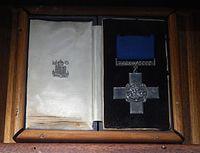 Distinction de la croix de Georges reçue par le gouverneur de Malte en 1942.