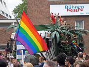 Die Regenbogenfahne auf dem Christopher Street Day in Köln (2004)