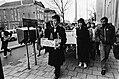 Demonstranten lopen in optocht als in een rouwstoet op het Korte Voorhout, met b, Bestanddeelnr 930-5477.jpg