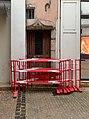 Des barrières de chantier devant une jolie porte en bois, rue Carnot (Beaune).jpg