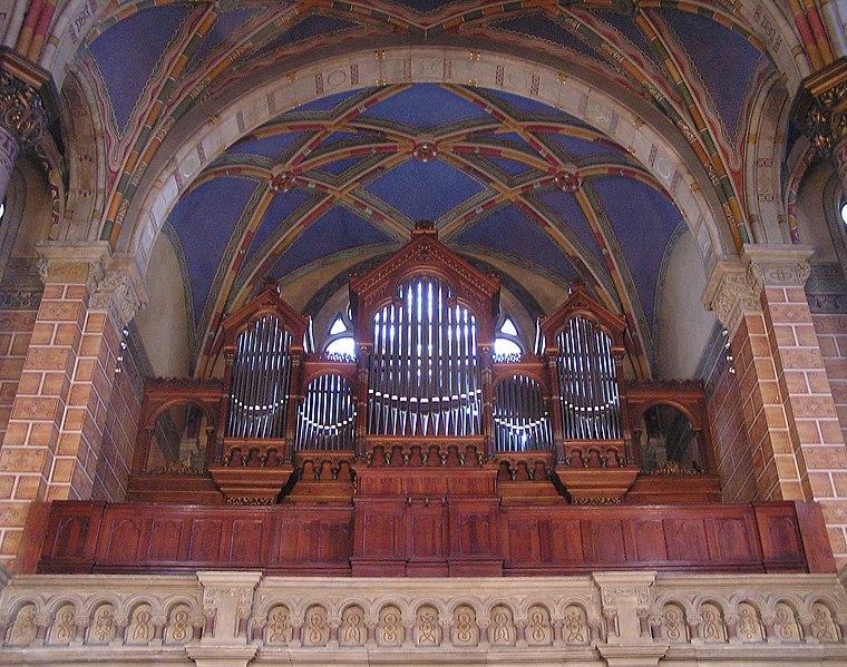 Datei:Dresden,Garnisonkirche Orgel im Raum.jpg