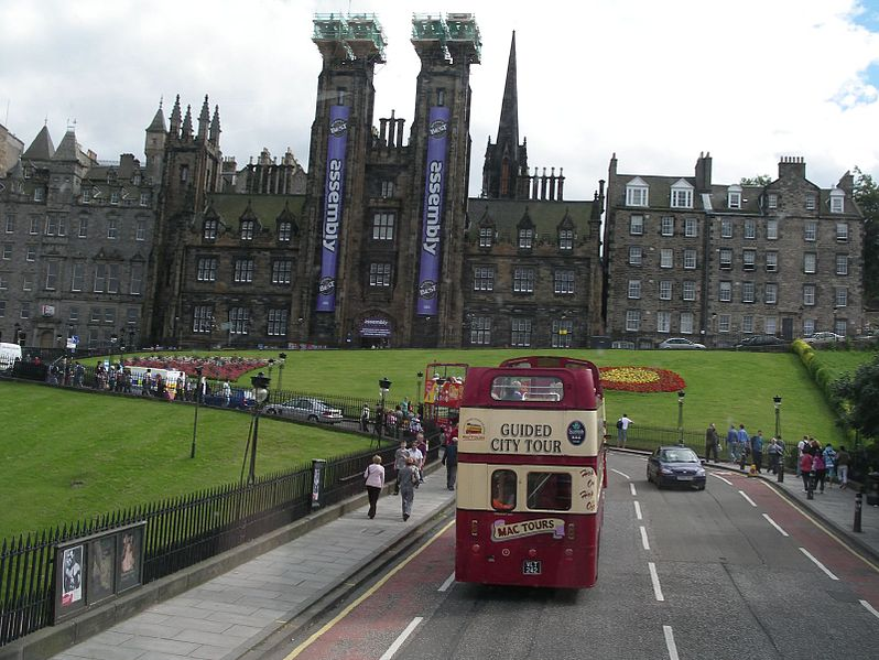 Fitxategi:Edinburgh The Mound and tour bus.jpg