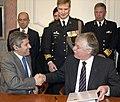 Een-handdruk-van-minister-teixeira-en-staatssecretaris-van-der-knaap-na-de-ondertekening-van-het-contract-voor-de-verkoop.jpg