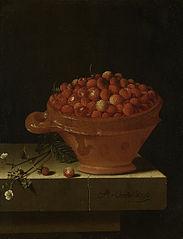 Bol de fraise sur un socle de pierre