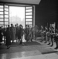 Een generaal komt de hal binnen waar een rij jongens een erewacht vormt, Bestanddeelnr 252-0026.jpg