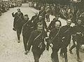Een groep agenten van politie passeert Wijchen tijdens de 22e vierdaagse. – F40294 – KNBLO.jpg