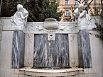Elisabeth_Denkmal_Volksgarten_Seitenbrunnen.jpg