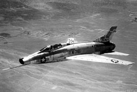 Un F-100A Super Sabre, in volo