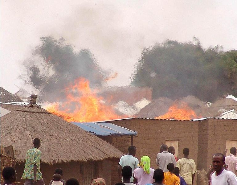 Fichier:Fire in Parabongo IDP camp, Uganda crop.jpg